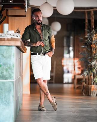 Cómo combinar: camisa de manga larga verde oscuro, pantalones cortos blancos, mocasín con borlas de ante en beige, correa de cuero negra
