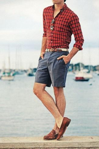 Cómo combinar: camisa de manga larga a cuadros en rojo y negro, pantalones cortos en gris oscuro, mocasín de cuero marrón, correa de cuero tejida en beige