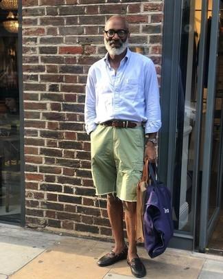 Cómo combinar: camisa de manga larga de rayas verticales celeste, pantalones cortos vaqueros verdes, mocasín de cuero negro, bolsa tote de lona azul marino