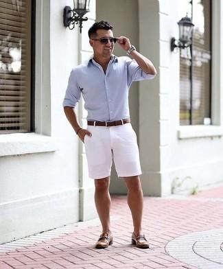 Cómo combinar unas gafas de sol en violeta: Una camisa de manga larga celeste y unas gafas de sol en violeta son una opción muy buena para el fin de semana. Haz mocasín de cuero marrón tu calzado para mostrar tu inteligencia sartorial.