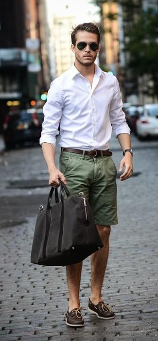 Cómo combinar: camisa de manga larga blanca, pantalones cortos verde oliva, náuticos de cuero en marrón oscuro, bolsa de viaje de lona negra