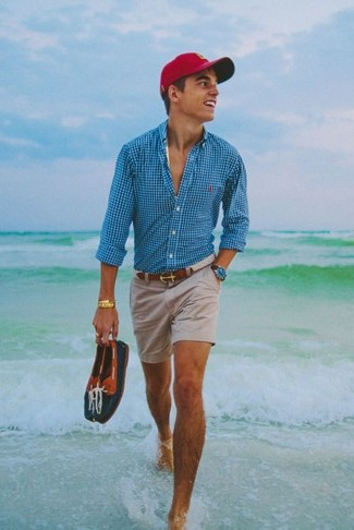 Cómo combinar: camisa de manga larga de cuadro vichy en turquesa, pantalones cortos en beige, náuticos de cuero azul marino, gorra de béisbol roja