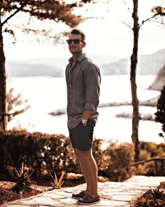 Cómo combinar unos pantalones cortos azul marino: Para crear una apariencia para un almuerzo con amigos en el fin de semana casa una camisa de manga larga de lino gris con unos pantalones cortos azul marino. Náuticos de cuero marrónes son una opción atractiva para complementar tu atuendo.
