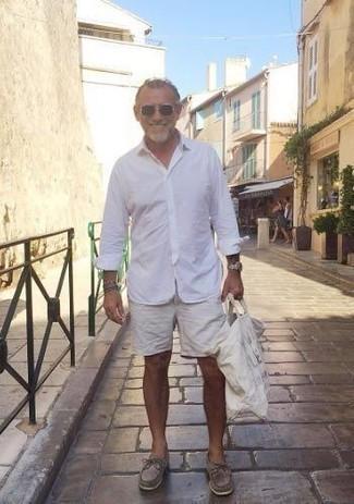 Cómo combinar unos pantalones cortos blancos: Para crear una apariencia para un almuerzo con amigos en el fin de semana utiliza una camisa de manga larga blanca y unos pantalones cortos blancos. Náuticos de ante marrónes son una opción muy buena para completar este atuendo.