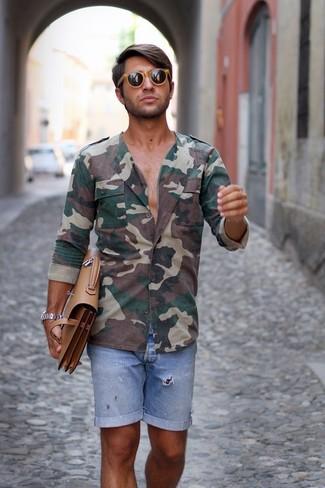 Cómo combinar: camisa de manga larga de camuflaje verde oscuro, pantalones cortos vaqueros celestes, portafolio de cuero marrón claro, gafas de sol marrón claro