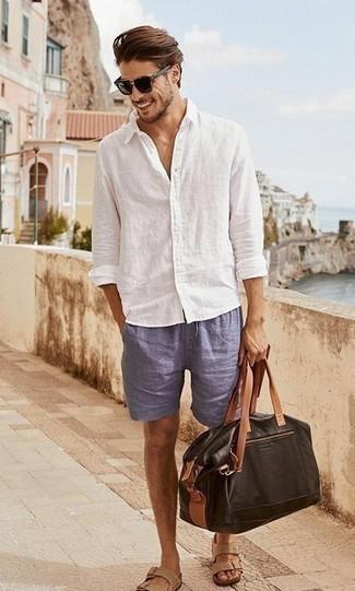 Cómo combinar una bolsa de viaje de cuero en marrón oscuro: Una camisa de manga larga de lino blanca y una bolsa de viaje de cuero en marrón oscuro son una opción muy buena para el fin de semana. Sandalias de cuero marrón claro añaden un toque de personalidad al look.