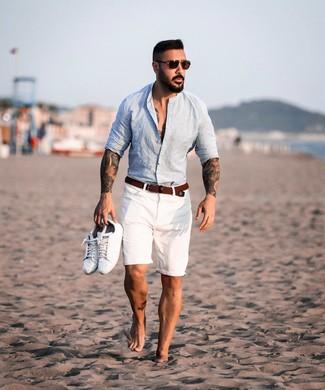 Cómo combinar: camisa de manga larga de lino celeste, pantalones cortos blancos, tenis de cuero blancos, correa de lona tejida marrón