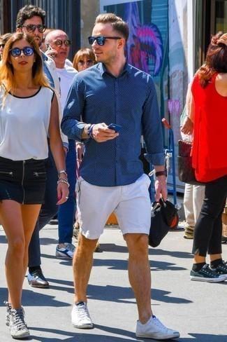 Cómo combinar una pulsera azul: Considera ponerse una camisa de manga larga estampada azul marino y una pulsera azul transmitirán una vibra libre y relajada. ¿Te sientes valiente? Completa tu atuendo con tenis de lona blancos.