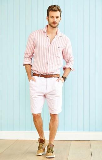 Cómo combinar: camisa de manga larga de rayas verticales rosada, pantalones cortos blancos, zapatillas altas de ante marrón claro, correa de cuero marrón