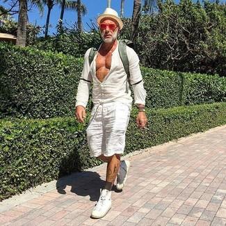 Cómo combinar: camisa de manga larga de lino blanca, pantalones cortos de lino blancos, zapatillas altas de cuero blancas, mochila de lona verde oliva