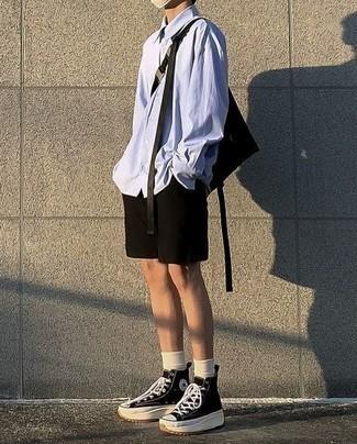 Cómo combinar unos pantalones cortos: Considera emparejar una camisa de manga larga celeste junto a unos pantalones cortos para cualquier sorpresa que haya en el día. ¿Quieres elegir un zapato informal? Complementa tu atuendo con zapatillas altas de lona en negro y blanco para el día.