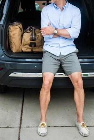 Cómo combinar una camisa celeste con unos pantalones en gris