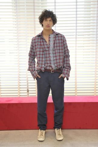Cómo combinar: camisa de manga larga de tartán roja, pantalón chino en gris oscuro, tenis de cuero en beige, correa de lona burdeos