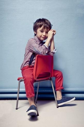 Cómo combinar: camisa de manga larga roja, vaqueros rojos, zapatillas azul marino