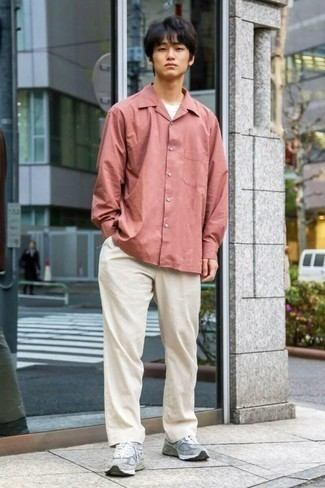 Cómo combinar un pantalón chino en beige para hombres adolescentes: Opta por una camisa de manga larga rosada y un pantalón chino en beige para una vestimenta cómoda que queda muy bien junta.