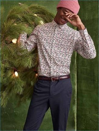 Cómo combinar: camisa de manga larga con print de flores rosada, pantalón chino azul marino, gorro rosado, correa de cuero burdeos