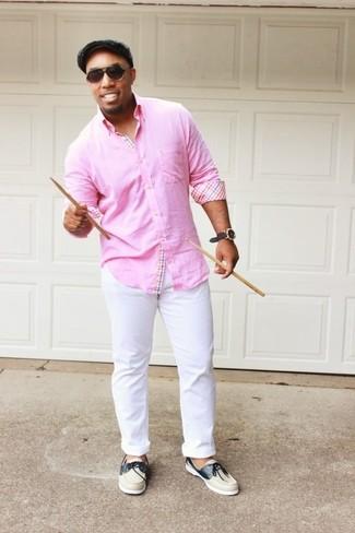 Cómo combinar: camisa de manga larga rosada, pantalón chino blanco, náuticos de cuero en beige, gorra inglesa gris