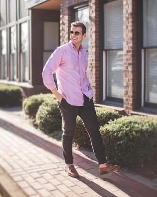 Cómo combinar: camisa de manga larga rosada, pantalón chino negro, mocasín con borlas de cuero marrón, gafas de sol marrónes