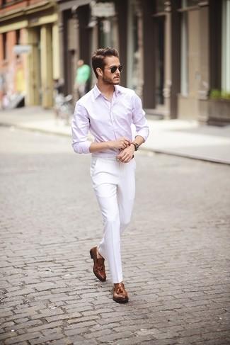Cómo combinar: camisa de manga larga rosada, pantalón de vestir blanco, mocasín con borlas de cuero marrón