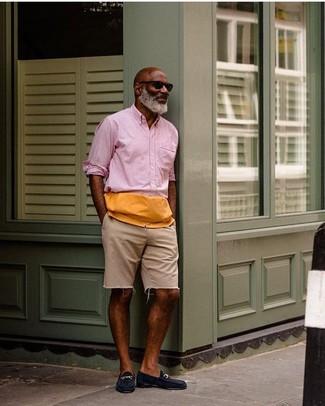 Cómo combinar: camisa de manga larga rosada, pantalones cortos vaqueros en beige, mocasín de ante azul marino, gafas de sol negras