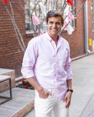 Cómo combinar: camisa de manga larga rosada, vaqueros blancos, reloj de cuero negro