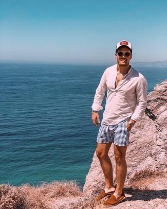 Cómo combinar unas alpargatas de ante marrónes: Equípate una camisa de manga larga de lino blanca junto a unos shorts de baño estampados en azul marino y blanco transmitirán una vibra libre y relajada. ¿Te sientes valiente? Haz alpargatas de ante marrónes tu calzado.