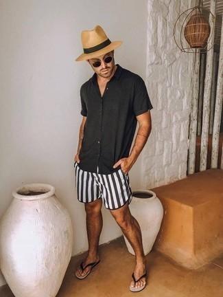 Cómo combinar unas chanclas: Emparejar una camisa de manga larga negra con unos shorts de baño en negro y blanco es una opción perfecta para el fin de semana. Si no quieres vestir totalmente formal, completa tu atuendo con chanclas.
