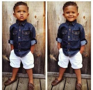 Cómo combinar: camisa de manga larga vaquera azul marino, pantalones cortos blancos, mocasín marrón