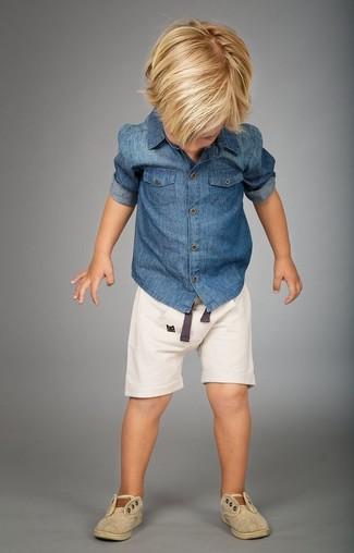 Cómo combinar: camisa de manga larga vaquera azul, pantalones cortos blancos, zapatillas en beige