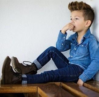 Cómo combinar: camisa de manga larga vaquera azul, vaqueros azul marino, botas en marrón oscuro