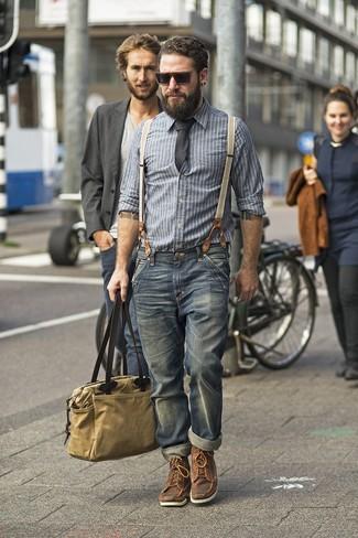 Cómo combinar: camisa de manga larga de cambray de rayas verticales gris, vaqueros azul marino, botas casual de cuero marrónes, bolsa tote de lona marrón claro