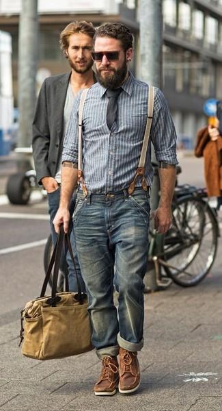 Cómo combinar: camisa de manga larga de cambray de rayas verticales azul, vaqueros azules, botas de trabajo de cuero marrónes, bolsa tote de lona marrón claro