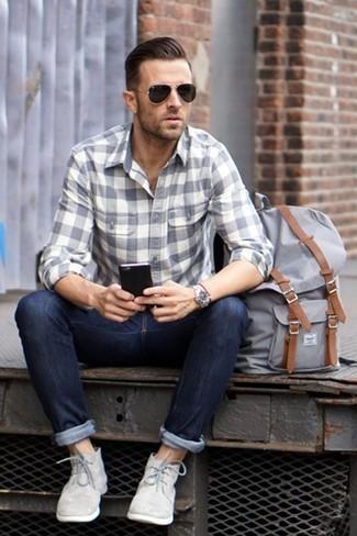 Cómo combinar unos vaqueros para hombres de 30 años: Opta por una camisa de manga larga de franela a cuadros gris y unos vaqueros para lidiar sin esfuerzo con lo que sea que te traiga el día. Elige un par de botas safari de ante grises para mostrar tu inteligencia sartorial.
