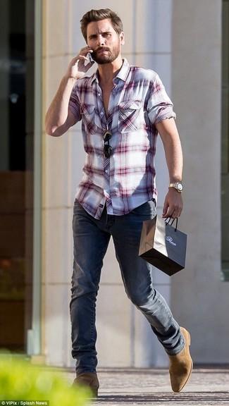 Cómo combinar: camisa de manga larga de tartán en blanco y rojo, vaqueros azul marino, botines chelsea de ante marrón claro, gafas de sol negras