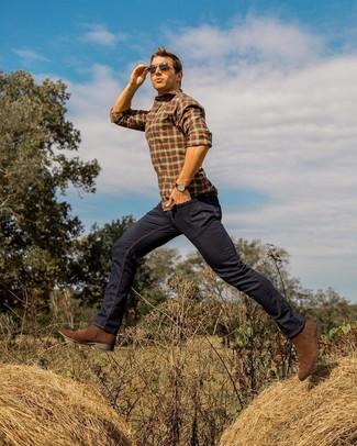 Cómo combinar: camisa de manga larga a cuadros naranja, vaqueros azul marino, botines chelsea de ante marrónes, gafas de sol en marrón oscuro
