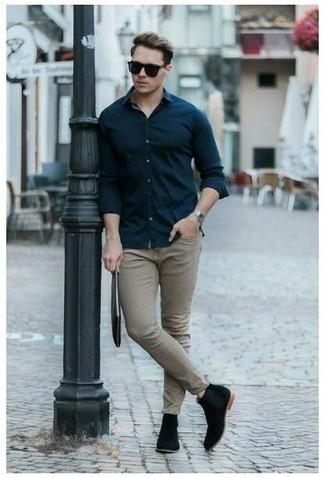 Cómo combinar un bolso con cremallera de cuero negro: Elige una camisa de manga larga azul marino y un bolso con cremallera de cuero negro para un look agradable de fin de semana. Completa tu atuendo con botines chelsea de ante negros para mostrar tu inteligencia sartorial.