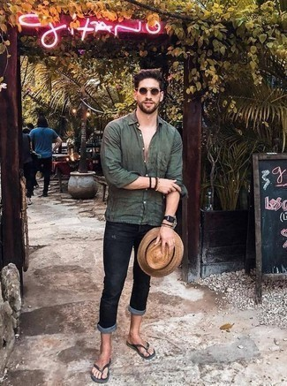 Cómo combinar unas chanclas: Una camisa de manga larga verde oscuro y unos vaqueros desgastados azul marino son tu atuendo para salir los días de descanso. ¿Quieres elegir un zapato informal? Complementa tu atuendo con chanclas para el día.