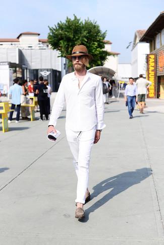 Cómo combinar: camisa de manga larga blanca, vaqueros desgastados blancos, mocasín de ante gris, sombrero de paja marrón