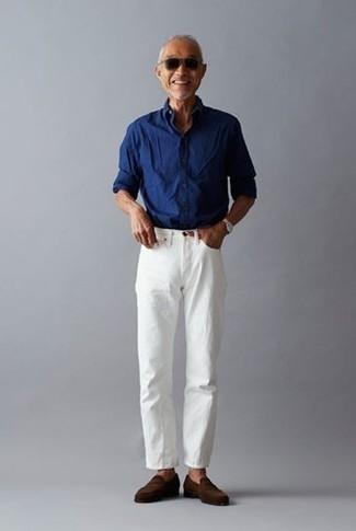 Cómo combinar una camisa de manga larga azul: Haz de una camisa de manga larga azul y unos vaqueros blancos tu atuendo para una apariencia fácil de vestir para todos los días. ¿Te sientes valiente? Haz mocasín de ante en marrón oscuro tu calzado.