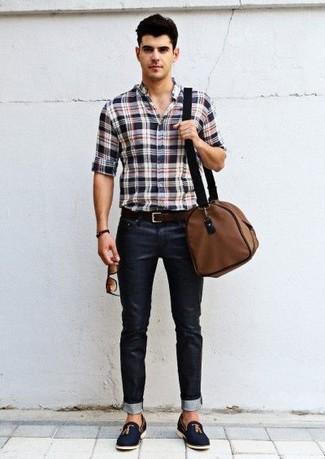 Cómo combinar: camisa de manga larga de tartán en blanco y rojo y azul marino, vaqueros pitillo negros, mocasín con borlas de ante azul marino, bolsa de viaje de lona marrón