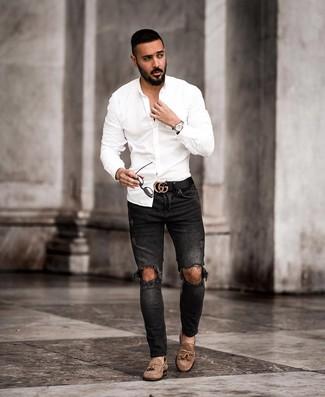 Cómo combinar: camisa de manga larga blanca, vaqueros pitillo desgastados negros, mocasín con borlas de ante marrón, correa de cuero negra