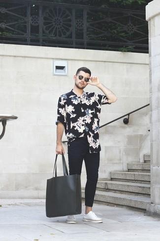 Cómo combinar: camisa de manga larga con print de flores negra, vaqueros pitillo negros, tenis de cuero blancos, bolsa tote de cuero negra