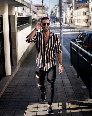 Cómo combinar: camisa de manga larga de rayas verticales azul marino, vaqueros pitillo desgastados negros, tenis de lona negros, gafas de sol negras