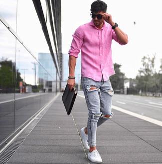 Cómo combinar: camisa de manga larga de lino rosa, vaqueros pitillo desgastados celestes, tenis blancos, bolso con cremallera de cuero negro