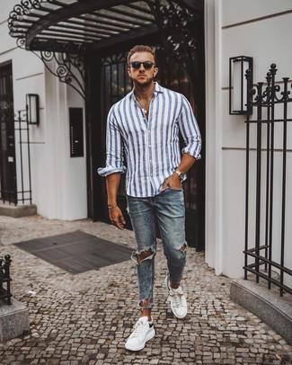 Cómo combinar: camisa de manga larga de rayas verticales en blanco y azul, vaqueros pitillo desgastados azules, tenis de cuero en blanco y negro, gafas de sol negras
