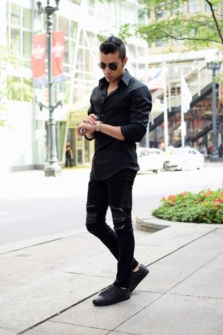 Cómo combinar: camisa de manga larga negra, vaqueros de cuero negros, tenis de cuero negros, gafas de sol negras