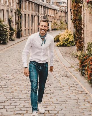 Cómo combinar: camisa de manga larga de lino blanca, vaqueros azules, tenis de lona blancos, bandana de paisley azul