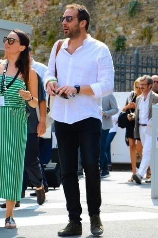Cómo combinar un reloj de goma negro: Elige una camisa de manga larga de lino blanca y un reloj de goma negro para un look agradable de fin de semana. ¿Te sientes valiente? Opta por un par de tenis de lona verde oliva.
