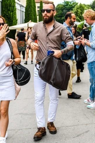 Cómo combinar una camisa de manga larga marrón: Equípate una camisa de manga larga marrón junto a unos vaqueros blancos para conseguir una apariencia relajada pero elegante. Opta por un par de zapatos brogue de ante en tabaco para mostrar tu inteligencia sartorial.