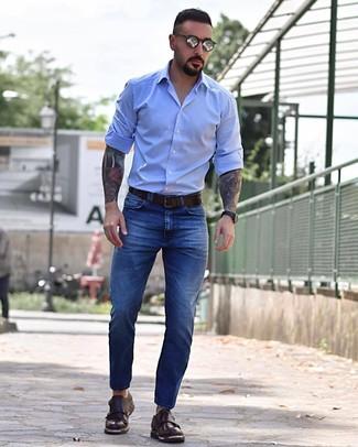 Look de moda: Camisa de manga larga celeste, Vaqueros azules, Zapatos con doble hebilla de cuero en marrón oscuro, Correa de cuero en marrón oscuro